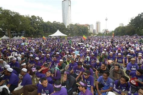 Malaysians rally for and against sharia law | Bangkok Post